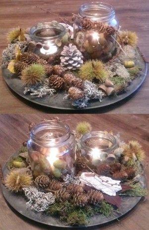 Erg makkelijk om te maken. Neem een schaal, plaats hierop lege glazen potjes die je versiert, plaats hierin waxinelichtjes. En bekleed de schaal met allerlei leuke herfst dingen uit bijv. het bos!