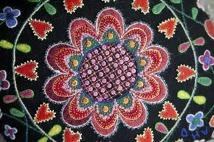 Färger och vackra mönster är det fullt av hemma hos Anna. Men det är hennes broderade kuddar man minns bäst.