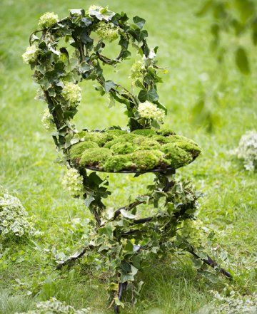 Une chaise recouverte de verdure // chair, covered, greenery, flowers, green, garden, summer, pretty