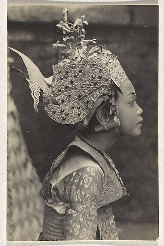 Profil d'une danseuse Legong, Bali, Indonesie, 1928 par l'aventurier- photographe franco-américain André Roosevelt (1879-1962) ( ROOSEVELT André)