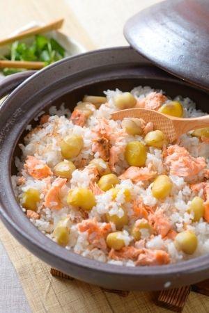 「秋の行楽にもピッタリ! 栗と鮭の炊き込みご飯」栗は実のあたまがピンととがっていて、ふっくらとして重みのあるものを。殻にハリとツヤがあり、茶色が濃いものを選びましょう。【楽天レシピ】