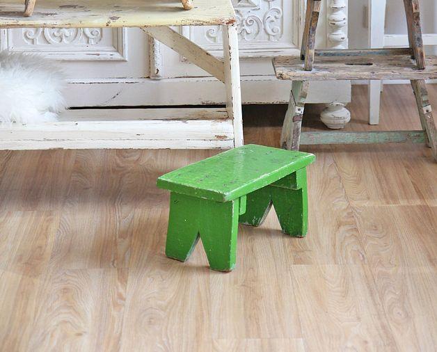 Bezaubernder alter kleiner Hocker, Fußbank, Schemel, .....es gibt zig Bezeichnungen und Einsatzorte für dieses kleine feine Möbelstück.  Maße:  L:39 cm T:20 cm H:22 cm  Bei all unseren...