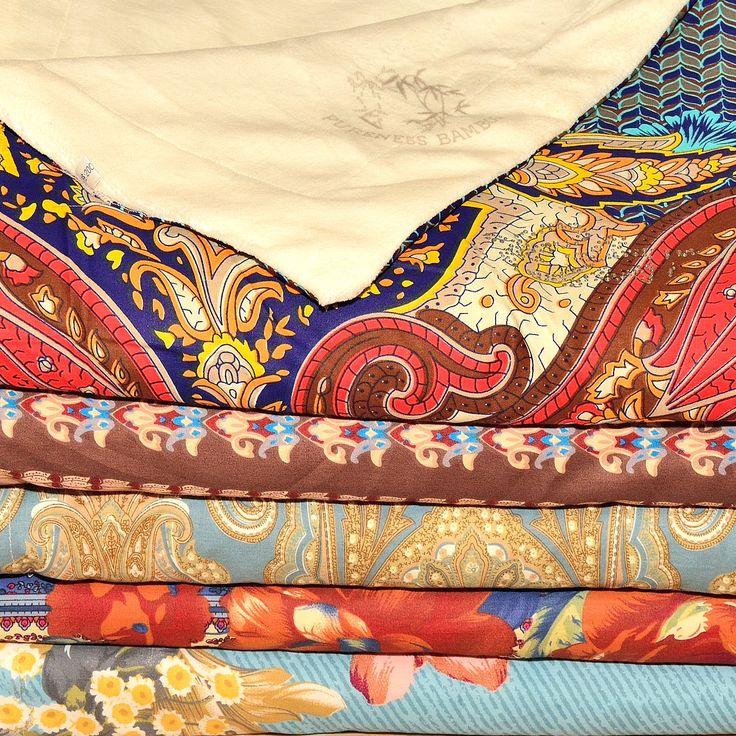 """Плед одеяло, можно использовать как покрывало или вместо махровой простыни, когда под зимним одеялом уже жарко, а под простыней холодно. Состав: сатин наружная сторона, нижняя сторона бамбук. Можно приобрести в нашем магазине или на сайте. Возможны оптовые поставки под заказ. Вопросы можно задавать в Viber, Whatsapp, Telegramm +380682014449 Наш адрес: Украина, город Одесса, ул. Генуэзская 2 (угол ул. Посмитного) ТРЦ """"Gagarinn Plaza"""", 1-1 этаж внутри справа Наш сайт: http://towel.od.ua"""