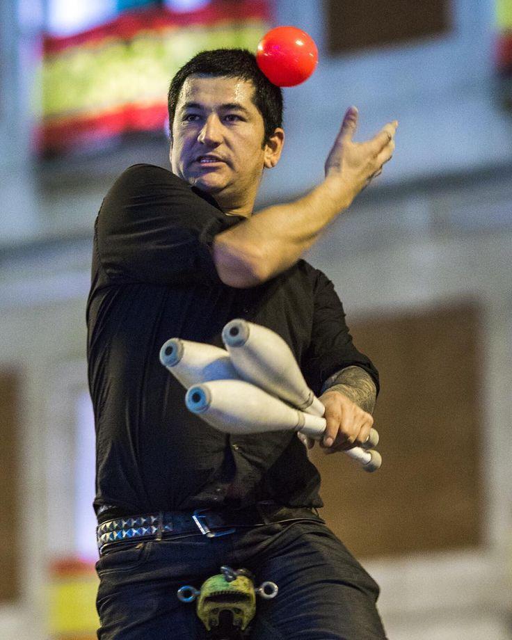moment  #sol #streetperformer #madrid #puertadelsol #mazas #artista #callejero #momento #closing #monocicle