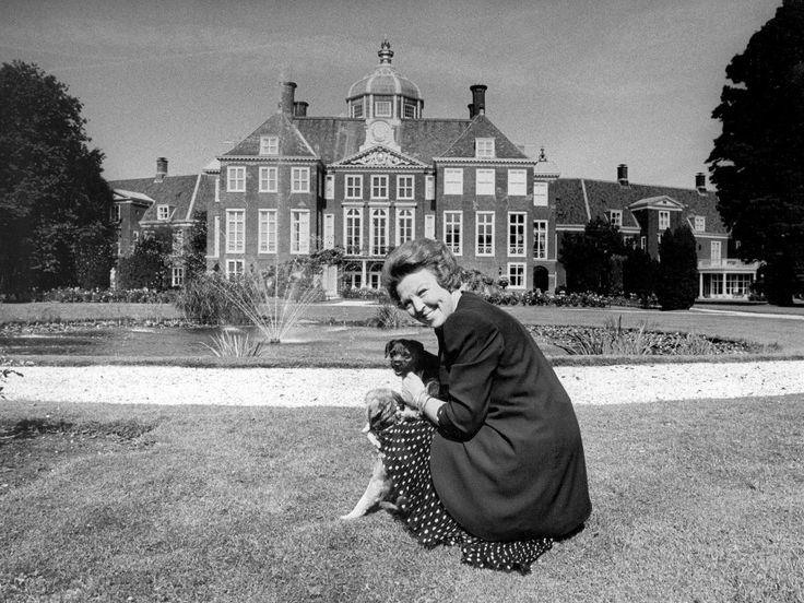 Huis ten bosch_Koningin Beatrix met haar hondje voor Paleis Huis ten Bosch in augustus 1993.