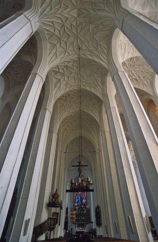 wnętrze kościoła Mariackiego z zdobnym sklepieniem sieciowym; smukłe, ośmioboczne filary