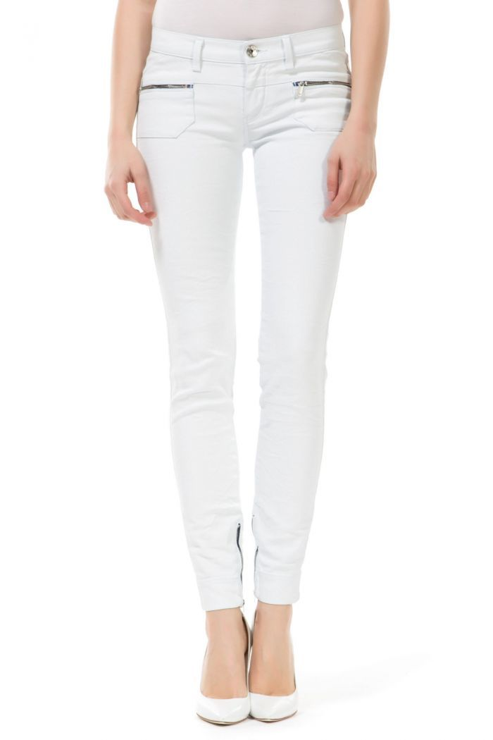 Sumatra Bk Jegging in soft, superstretch denim cloth for a second-skin effect that shapes and enhances feminine curves. High waist. Zipped hem and patch pockets on the front and on the back.