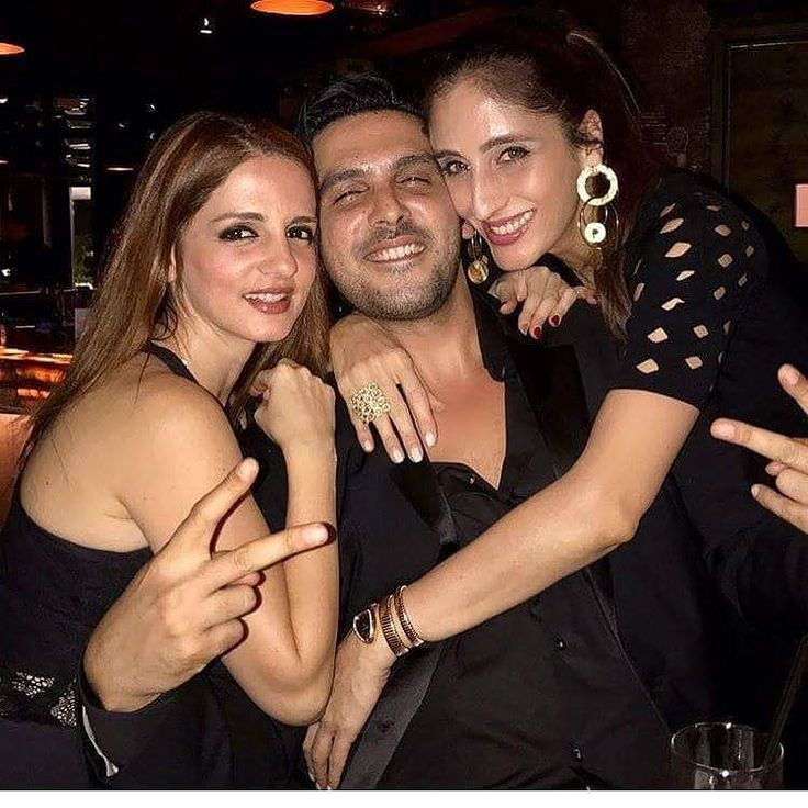 #SiblingGoals: Sussanne Khan Zayed Khan and Farah Khan are all smiles as they pose for a picture together! @filmywave  #SussanneKhan #ZayedKhan #FarahKhan #celebrity #bollywood #bollywoodactress #bollywoodactor #actor #actress #filmywave