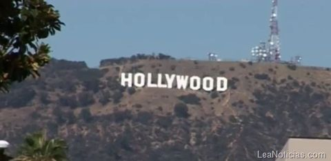 """Turistas ponen en peligro a los que viven cerca del cartel de """"Hollywood"""" - http://www.leanoticias.com/2011/11/04/turistas-ponen-en-peligro-a-vecinos-de-el-cartel-de-hollywood/"""