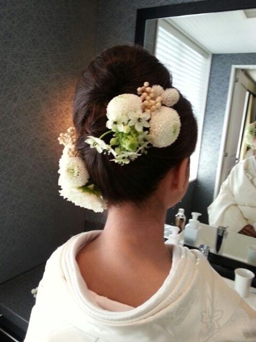 白いピンポンマムを中心に淡い色合いでお花を左右に配置。黒髪が引き立ちます。
