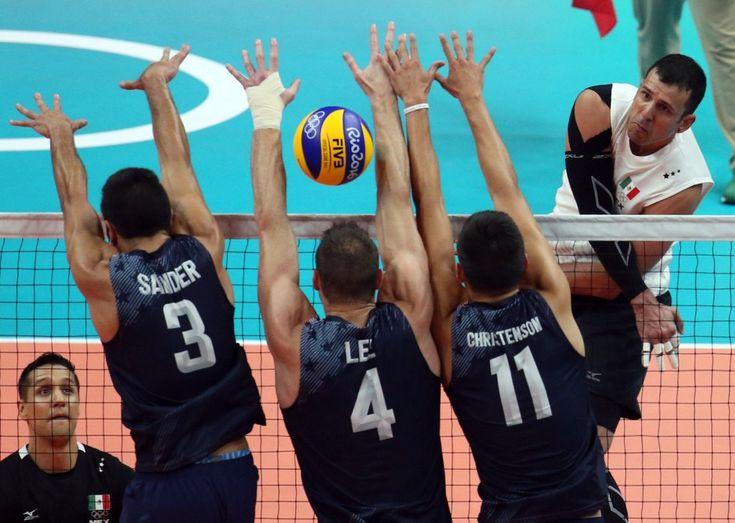 Carlos Guerra de México lanza el balón contra los jugadores de voleibol del…