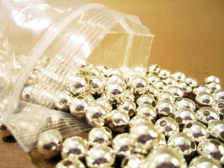 Bola lisa plateada fantasía, ideal para armar bisutería,  paquete con 250 gramos $80, paquete x kilo $280, tamaños: 10mm, 8mm 6mm, 5mm, 4mm, 3mm.