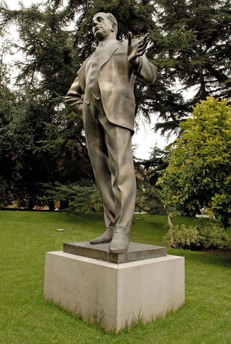 Estatua de Juan Yarur Lolas, fundador de Yarur Manufacturas Chilenas de Algodón S.A