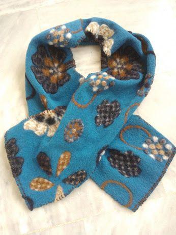 Χειροποίητο κασκόλ από ύφασμα βρασμένο μαλλί σε γαλάζιο χρώμα και λουλούδια σε γήινα χρώματα. Καφέ καρύκωμα στο χέρι.