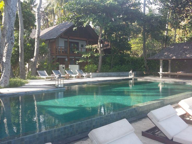 Na een lange dag word ik naar mijn hotel gebracht. Jeeva Santai in Lombok. Geniet van een ontspannen sfeer. Geniet ook van de diverse faciliteiten zoals het privézwembad, het restaurant, de bibliotheek en de Sunset Bar. #Lombok #JeevaSantai