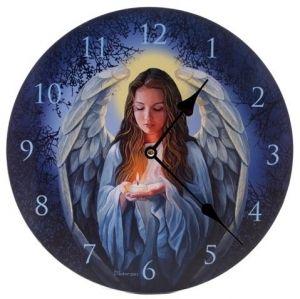 22,90€/kpl + toimituskulut. www.urielkorut.com  Kaunis enkeli seinäkello, jossa tummansinisellä taustakuvioinnilla oleva enkeli, jolla on palava kynttilä kämmenissään. Kello on tukevarunkoinen. Kellotaulun halkaisija 30 cm. Kellotaulun materiaalina MDF-levy. Toimii yhdellä AA-sormiparistolla (ei mukana) Kellolla vuoden takuu.