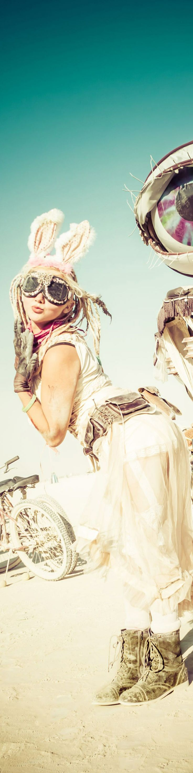 THE LINK IS JUST PHOTOG STUFF, BUT I LOVE THIS PIC, REMINDS ME OF TANK GIRL!