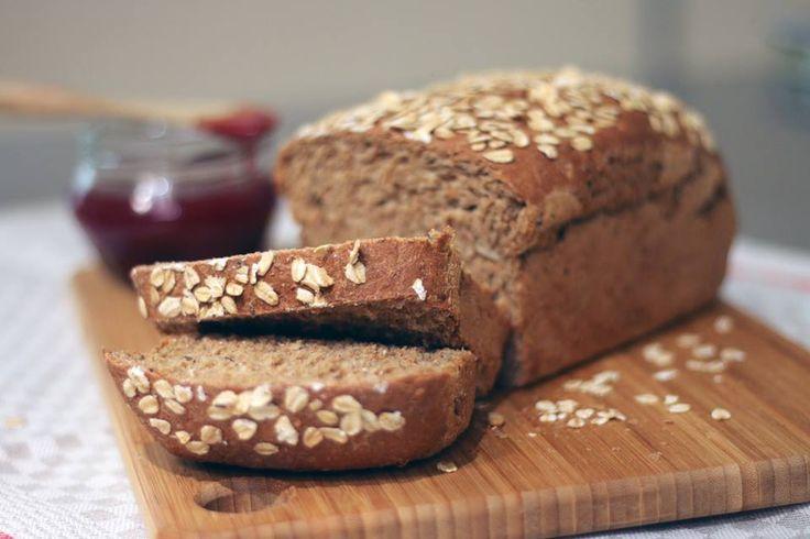 Nuestro Pan Cinco Granos es elaborado a base de harina integral. Contiene variedad de semillas, cebada en hojuelas y miel de panela.