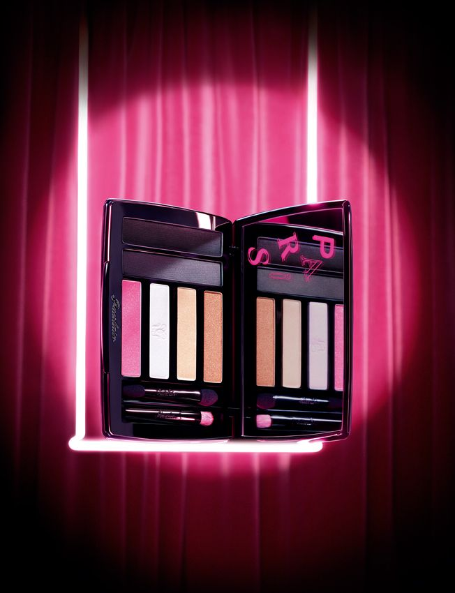 So crazy! Slipped into a black suedette pouch with pink top stitching, the extra-flat black lacquered case comes with a large mirror illuminated with the letters 'P.A.R.I.S.' in the same electric pink.