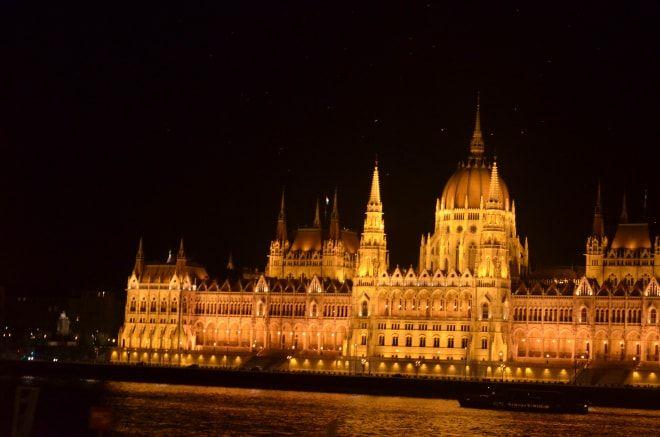 Se lăsa seara peste Budapesta când ne-am îmbarcat în autobuz pentru turul de noapte inclus în biletul de Hop-on Hop-off. Așa că,din nou, hop-on, de data asta pentru un tur cu o singură oprire, sus …
