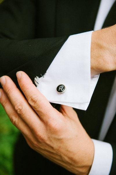 ちらりと見える袖におしゃれをプラス。結婚式・ウェディング・ブライダルで新郎が身に付けるカフス、おすすめのカフスまとめ。