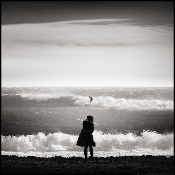 Le surfeur et la femme décapitée: White Photography, Pins Black, Favorite Pins, Camera Lens, The Box