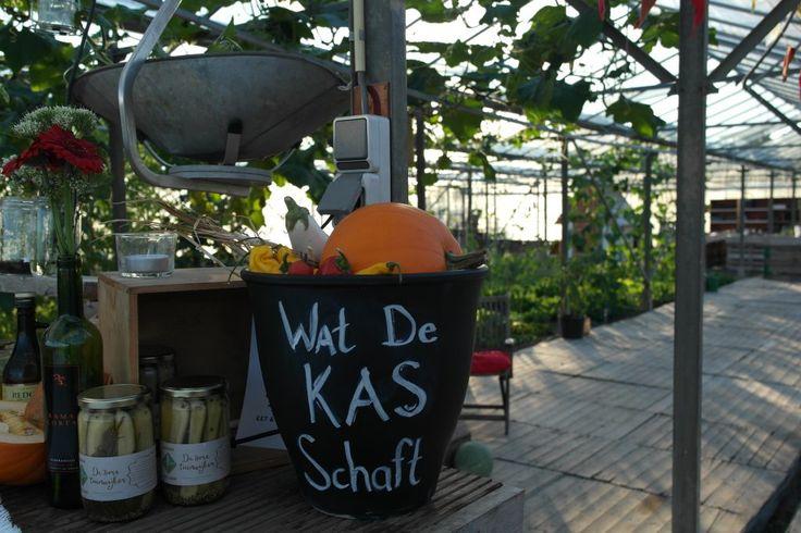 Eten in een kas, dichtbij de bron. Wat De Kas Schaft is een belevingsavond aan de grote eettafel in De Kas Eet & Kweekplek in Utrecht.
