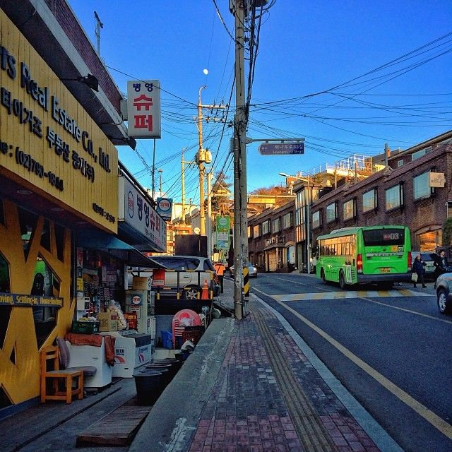 sarafa / #20140112 #iphone5s #seoul #itaewon #street #서울 #이태원 #경리단길 #마을버스 #병영슈퍼 #snapseed / 서울 용산 이태원 / #골목 #거리 #비탈 / 2014 01 12 /