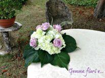 centrotavola per tavolo torta di ortensie bianche e rose lilla OceanSong