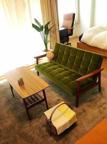 学生時代を過ごした京都で、カフェ巡りにはまっていた時に出会ったのが カリモク60を知るキッカケでした。 その後も好きな雰囲気の空間にカリモク60の家具があることが多かった 気がします。  結婚をすることになり、新居の家具を一から揃えることになりました。 学生時代から、いいなと思う気持ちが変わらないデザインで、 これからも飽きずに 長く使うことができそうだと思いました。  購入の決め手は長く使えること。最初はKチェアだけを買う予定でしたが、 ソファを長く使うのであれば、それに合うテーブルもカリモクで揃えたい と思い、テーブルも同時に購入しました。 家具を置いたことで部屋の雰囲気がグッと良くなりました。 座り心地良し、眺めても良し。 本当にいい買い物をしたと思います。 張地のモケットグリーンが部屋のポイントになっています。  新生活の家具を揃える中で、一番最初に決めたのはカリモク60の Kチェアでした。引越しの日、まだ何もない部屋にKチェアが一番乗りで届き、 二人で座って、 「やっぱりいいね!」と嬉しい気持ちでいっぱいだったことを 思い出します。…