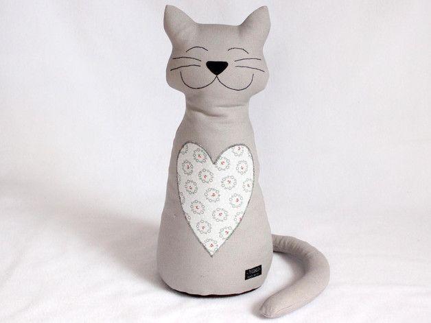 *Diese graue Katze aus strapazierfähigem Canvas in _grau_ ist nicht nur süß, sondern auch noch nützlich! Sie hält die Türen auf und stützt sogar die Bücher im Regal!* Auf dem Bauch hat die Katze...
