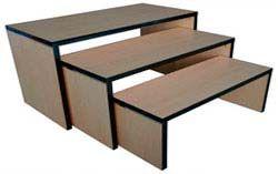 Mesas, son muebles que se usan para exponer artículos pequeños de forma apilada, pueden ser de varios niveles para que se vea mejor.