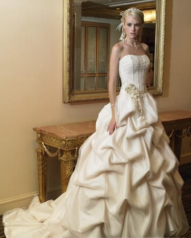 I would want a white wedding just to wear this!!!!