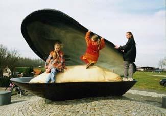 """""""Het beeld van de gigantische geopende mossel in Bruinisse is een machtig speelobject voor de jeugd"""""""