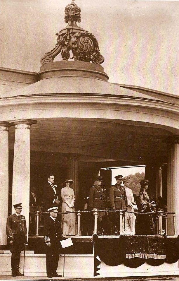 Os exilados Rei D. Manuel II e Rainha D. Augusta Vitória de Portugal, o Príncipe de Gales, o Rei George V, a Rainha Mary, e a Rainha-Mãe Alexandra.