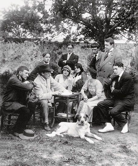 Des comédiens du Vieux-Colombier autur de Copeau, chez lui, au Limon (Seine et Marne), cette été. © Rue des Archives/PVDE