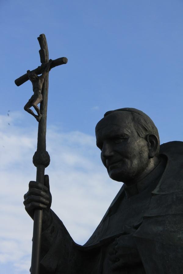 Bela estátua de João Paulo II, no Recinto de Fátima, Portugal.