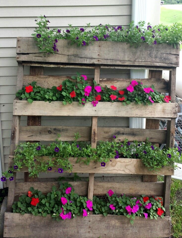 Wood pallet planter, lots of pallets to use for this idea next year!!