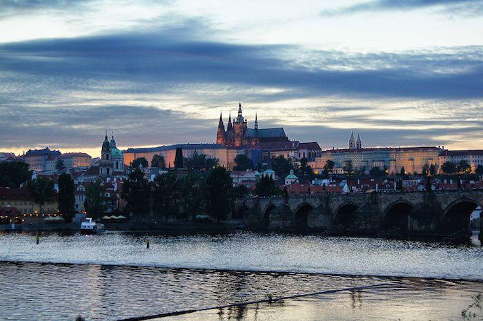 Ein Urlaub in Prag hat viel zu bieten: wunderschöne Architektur, Sonnenschein im Mai, deftiges tschechisches Essen, leckren Apfelstrudel und natürlich Bier!
