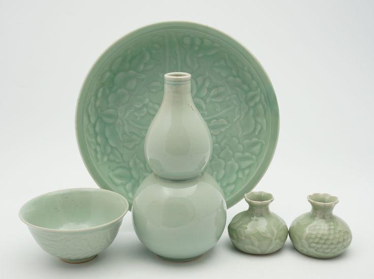 Een kavel divers celadon porselein: kalebasvormige vaas, kom, vaasjes en bord, Zuidoost Azië