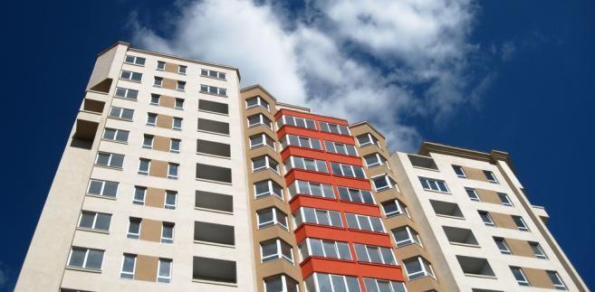 Ceny mieszkań w mieście są o dwukrotnie droższe od mieszkań zlokalizowanych na wsi. Jest trochę drożej niż w 2013 r., ale generalnie ceny są stabilne. Na pokój z kuchnią w dużym mieście trzeba wydać 188 tys. zł. Na zakup mieszkania trzeba było wydać w 2014 r. średnio 219,6 tys. zł – o 13 tys. zł więcej niż w 2013 r. Przy tym średnia wartość pojedynczego mieszkania była w miastach o 37 proc. większa niż na wsi.