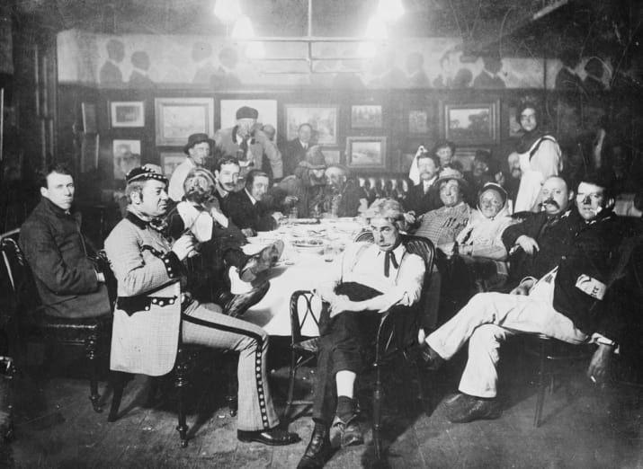 Un grupo de payasos, algunos de ellos aún en su traje, se reúne en un club francés (1910).