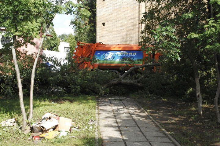 Вот такую картину запечатлел наш фотокор в среду, 17 августа. Дерево, лежащее поперёк тротуара с понедельника, стало непреодолимым препятствием для пешеходов. Локально это фактически центр города, угол улицы Макеева и проспекта Кирова.  Это не единственное дерево, упавшее в городе после ненастной погоды. Но здесь беда в том, что рядом с ним, по словам очевидца, лежит оборванный высоковольтный провод... А мимо ходят люди, рядом - детский сад... Кстати, это место не впервые попадает в наш…