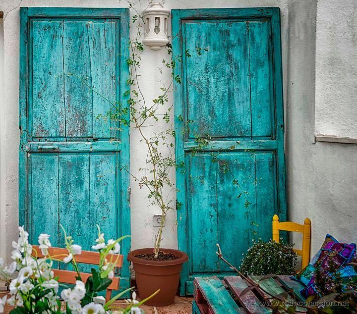 Antiguas y decorativas puertas de madera del centro for Puertas de madera malaga