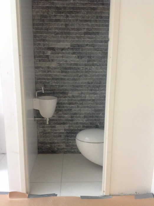 24 best images about toilet on pinterest toilets stone panels and compact - Muur tegels voor wc ...