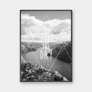 Seize the day: Plakat i sort hvid motiv med landskab som baggrund. Motiverende tekst med geometriske figur. Trykt på 200 gram papir. Se mere online på www.kasperbenjamin.com