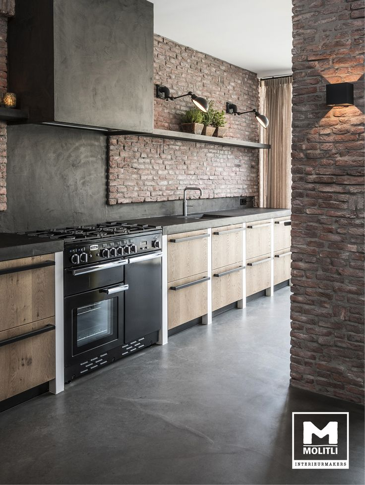 De opdrachtgevers van dit supergave project zijn echt levensgenieters. Samen met het team van adviseurs en ontwerpers bedachten ze een te gek ontwerp waar alle wensen gehonoreerd werden: Veel meer ruimte, een paar meter uitbouwen, meer licht, een stoere pui, robuuste materialen zoals hout en beton, industriele vloer….samenvattend: een héérlijke leefkeuken!! #keuken #kitchen #betonstuc #mortex #brick #steensewand #industrieel #industrial #gietvloer #houtenfront #MOLITLI