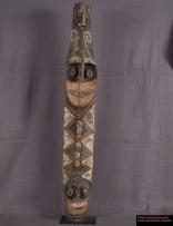 Ethnie : Papous  Poteau Papou Yena destiné au culte de l'igname au nord du moyen Sépik. Le bas du poteau est orné d'un visage, tandis que son haut est décoré d'une tête de porc. La récolte des ignames donne des occasions de grandes festivités auxquelles est associé l'esprit Yena. Différentes sculptures et poteries sont faites pour ces festivités.