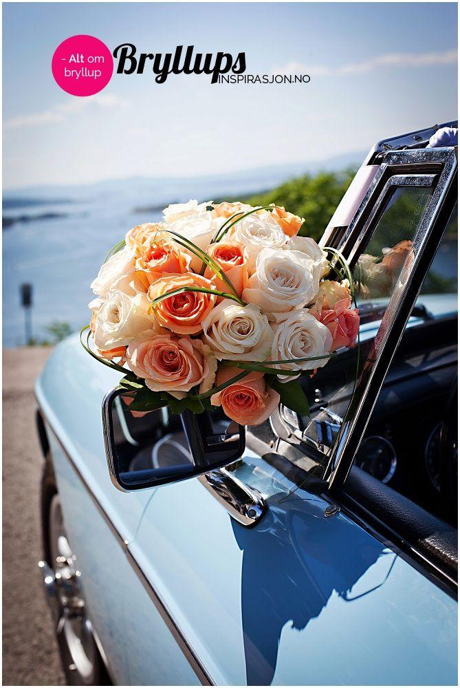 Orange og hvite roser gir en fargerik brudebukett.