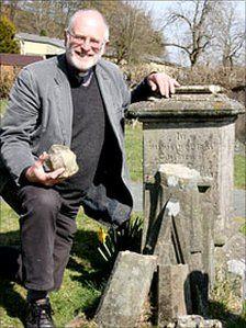 The Reverend Norman Morris at Richard Munslows grave